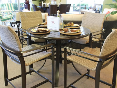 Elegant-stores-Naples-dining-table